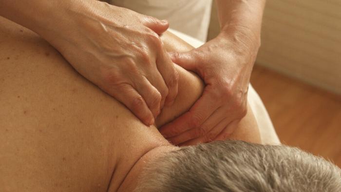 Bei Schmerzen hilft oft eine Massage.